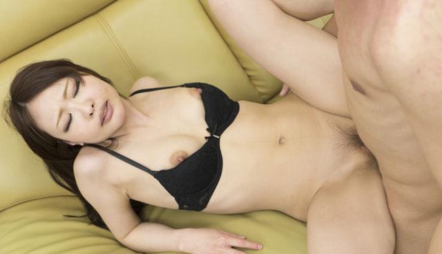 ソファーで正常位セックスをする朝比奈菜々子