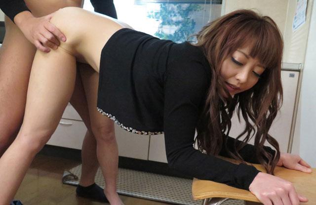 バックセックスをする長谷川美裸