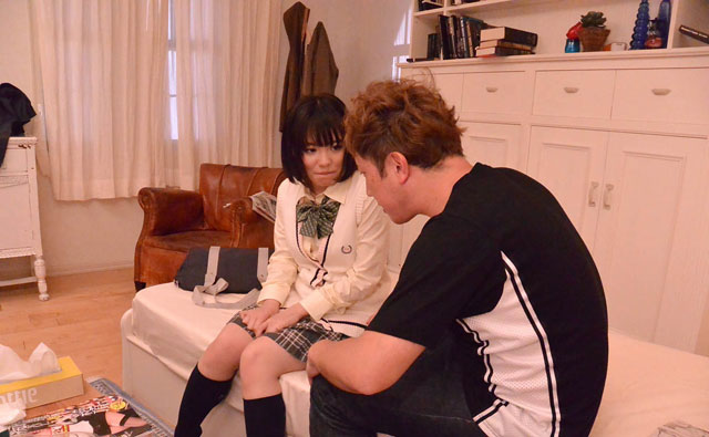 ベッドに座るウルフと葉山友香