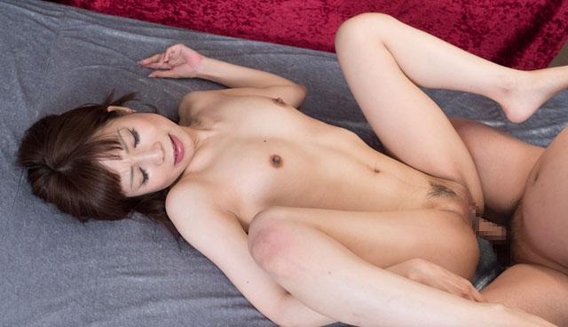 正常位セックスをする霧島ミカ