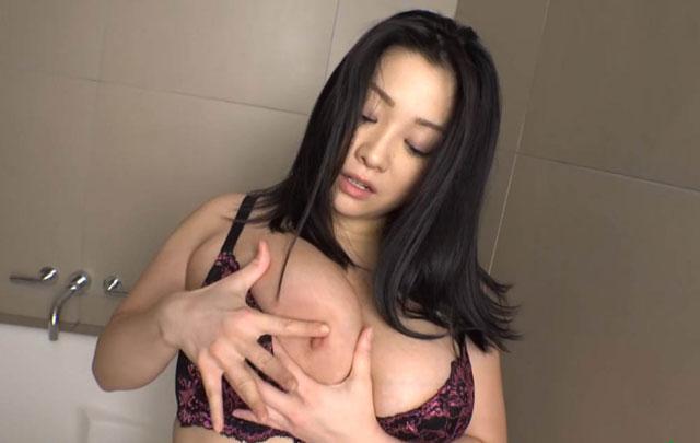 おっぱいをいじる小向美奈子