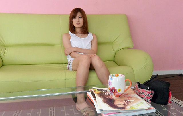 ソファーに座る前田由美