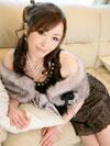 ソファーでポーズをとる美山蘭子