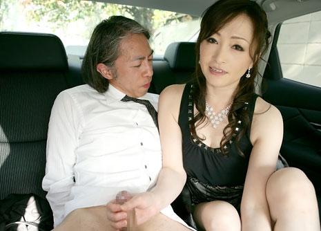 運転手を手コキをする美山蘭子