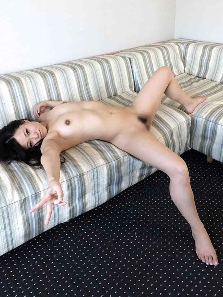 全裸でソファーに寝そべりピースをする宮崎美冬