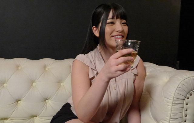 お酒を飲む上原亜衣