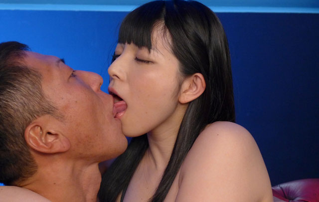 男優とキスをする上原亜衣