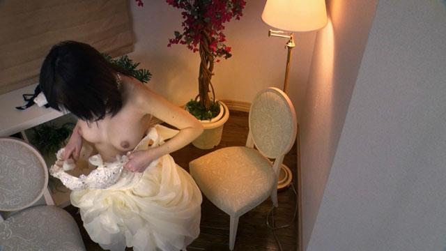 ウエディングドレスに着替える山手栞