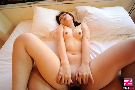 正常位でセックスをする吉井美希